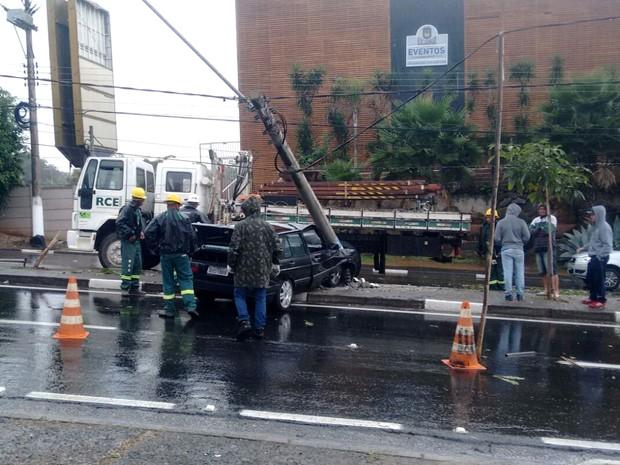 Carro teve a frente destruída ao bater em poste em Sousas, distrito de Campinas (Foto: VC no G1)
