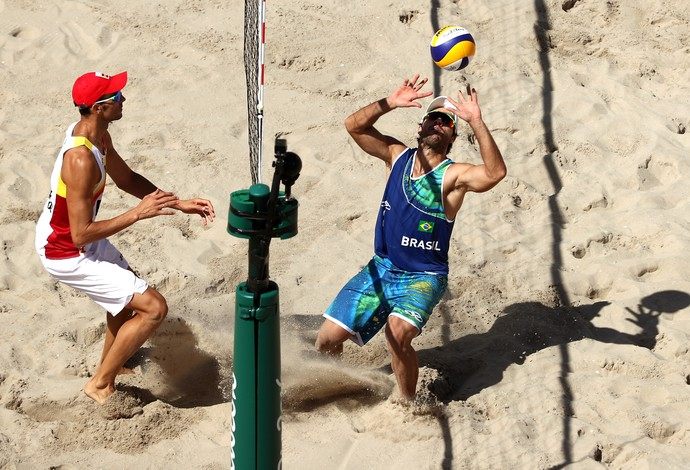 Bruno Schmidt e Adrian Gavira duelam no volei de praia (Foto: Patrick Smith/Getty Images)