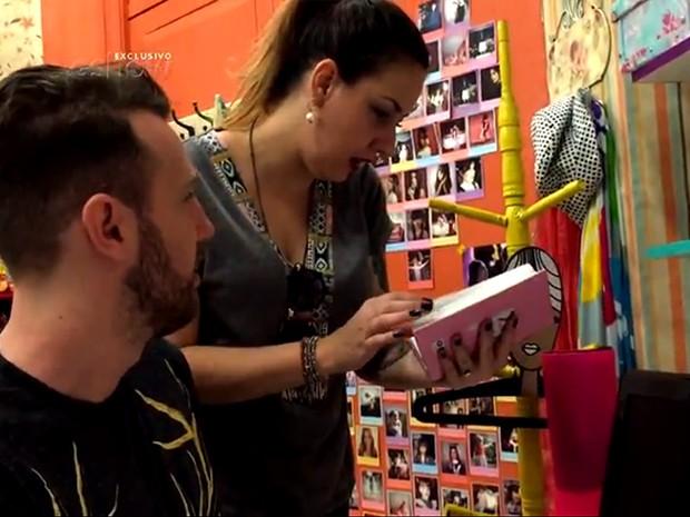 Bic Müller e Thiago Pasqualotto vasculham quarto de Karina e Bianca na casa do Gael (Foto: Gshow)