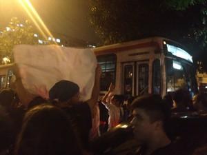 Às 20h20, os manifestantes invadiram a Avenida Visconde do Rio Branco, no Centro (Foto: Luís Bulcão/ G1)