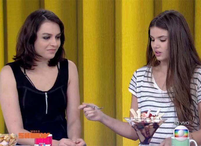 Camila Queiroz deixa Monica Iozzi na vontade por um sorteve (Foto: Vídeo Show / TV Globo)