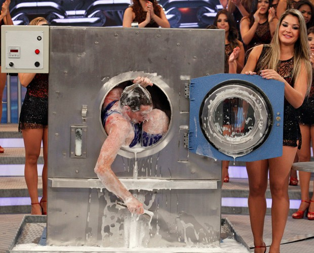 Rick Maisel e seu truque na máquina de lavar (Foto: Domingão do Faustão/ TV Globo)