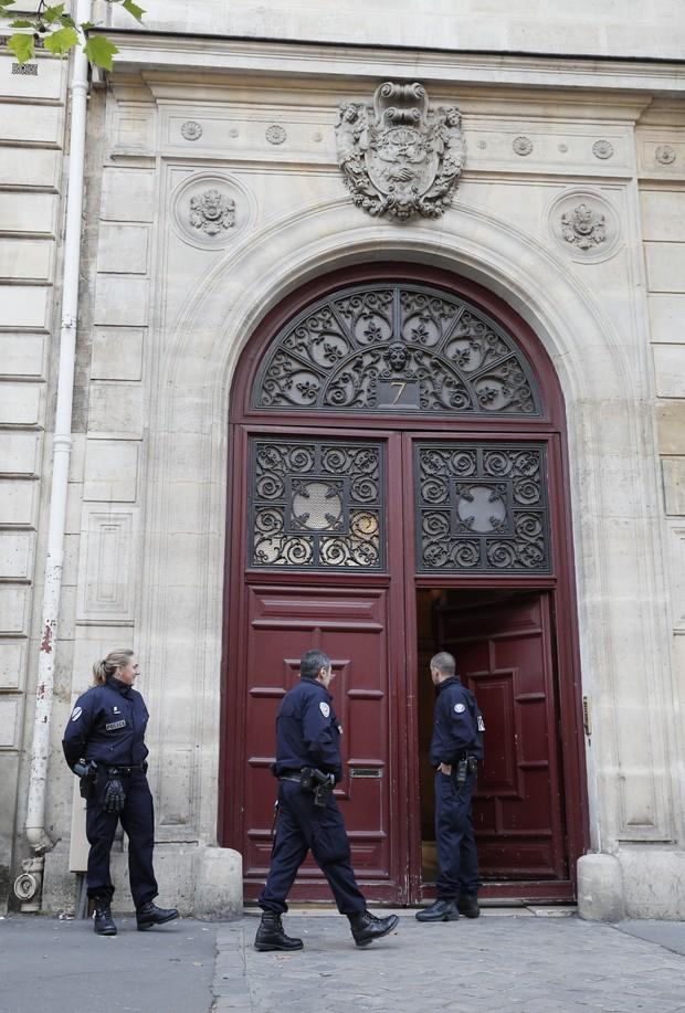 Policiais na frente do hotel de Kim Kardashian na França (Foto: AFP)