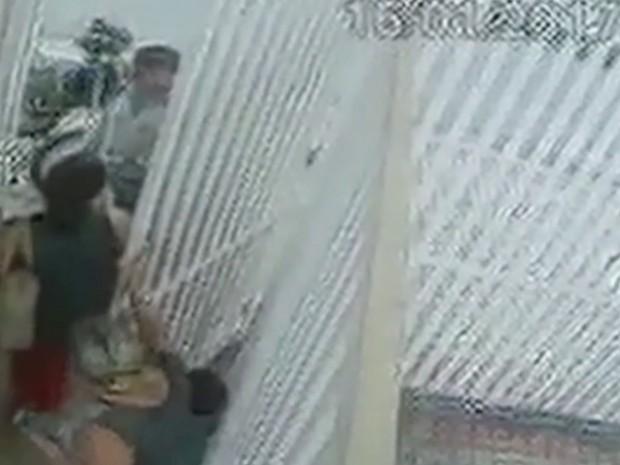 Câmeras registraram momento em que aparelho é devolvido à mulher, em Goiânia, Goiás (Foto: Reprodução/TV Anhanguera)