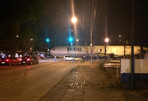 Avião é transportado por caminhão até Dom Pedrito (Foto: Paulo Ledur/RBS TV)