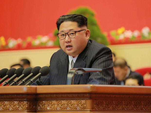 O líder da Coreia do Norte, Kim Jong-Um, discursa durante congresso em Pyongyang, no sábado (7), em foto divulgada pela agência oficial de notícias do país (Foto: KCNA/AFP)