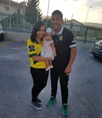 Welthon tem torcida especial nos jogos em Portugal, a esposa Natália Barbosa e a filha Lee Wendry, de 6 meses (Foto: Natália Barbosa/Arquivo pessoal)