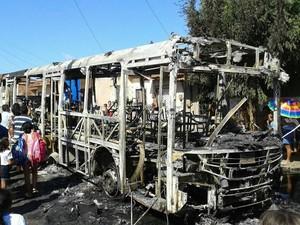 Ônibus foi incendiado no Canindezinho (Foto: Arquivo pessoal)