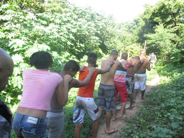 Suspeitos foram encontrados dentro de um matagal (Foto: Ellyo Teixeira/G1)