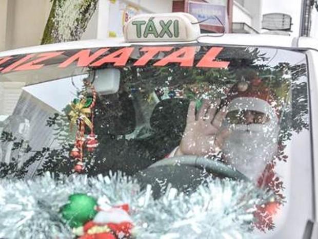 Desde o início de dezembro, o taxista se veste de Papai Noel (Foto: Eduardo Montecino/OCP)