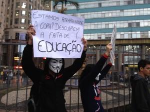 Casal utiliza máscaras em protesto em porto Alegre (Foto: Diego Guichard/G1)
