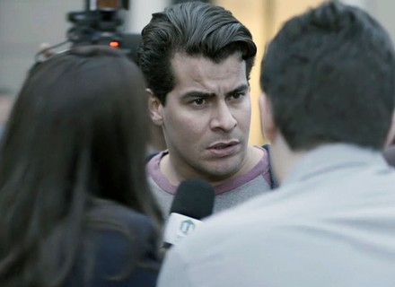 Júlio é cercado por repórteres e recebe ajuda de Nelito