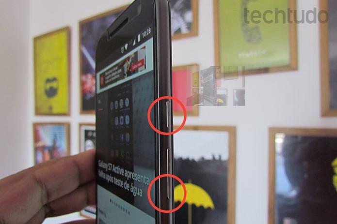 Pressione os botões liga-desliga e volume para baixo ao mesmo tempo (Foto: Paulo Alves/TechTudo)