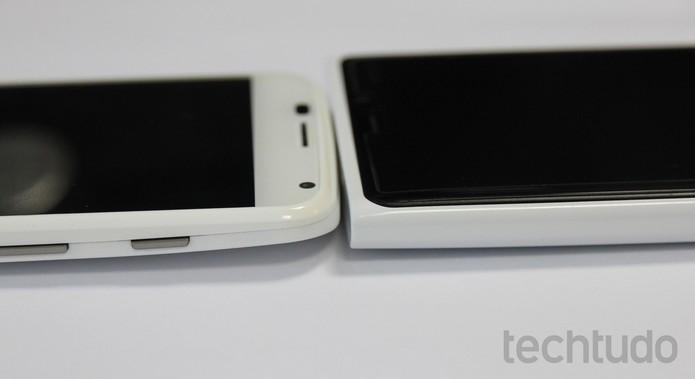 Comparação entre Moto X e Lumia 920: mesmo com tela maior, o smartphone da Motorola é menor (Foto: Elson de Souza/TechTudo)