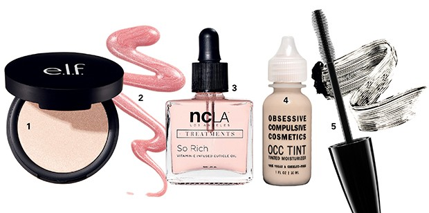 1. Iluminador, US$ 6, E.L.F no elfcosmetics.com;  2. Gloss cor Beach Kiss, US$ 10, Pacifica no avag.co; 3. Óleo para cutículas Peach Vanilla, US$ 18, ncLA no shopncla.com; 4. Base líquida, US$ 30, Obsessive Compulsive Cosmetics no occmakeup.com;  5. Máscara de cílios, R$ 70, Simple Organic (Foto: .)