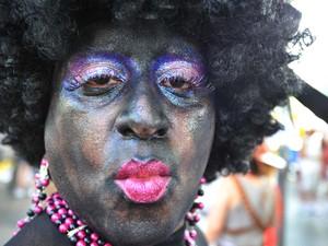 Homem fantasiado manda beijo para a câmera durante desfile do bloco Boitatá, no Rio (Foto: Fábio Costa/G1)