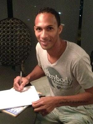 Liedson assina contrato com o Flamengo (Foto: Divulgação)