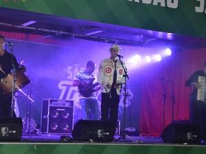 A banda Jeito Nordestino, do bairro José Pinheiro, inaugurou o Palco Cultural, que é um novo espaço destinado à promoção do forro pé-de-serra no Parque do Povo (Foto: Divulgação/PMCG)