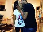 Adriano troca carinhos com a namorada e posta foto em rede social