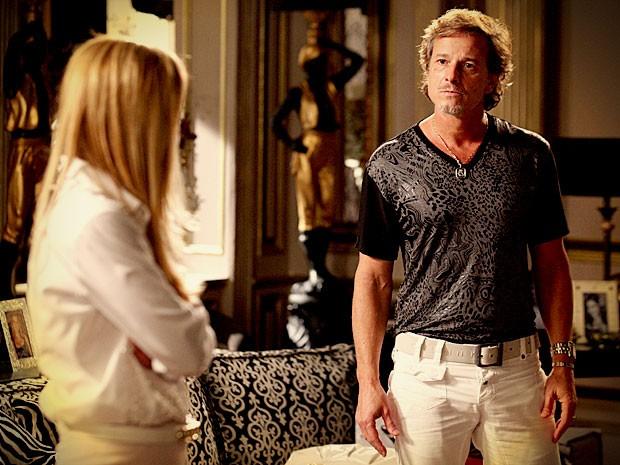 Max diz para Carminha assumir que é a mãe de Jorginho (Foto: Avenida Brasil/ TV Globo)