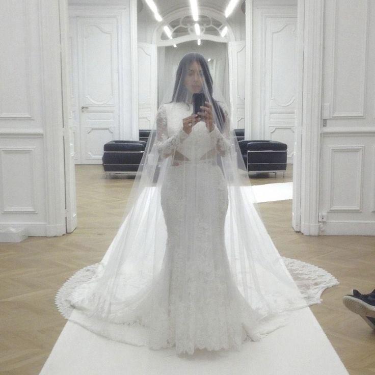 A selfie de Kim Kardashian com o vestido de noiva (Foto: Reprodução/Instagram)