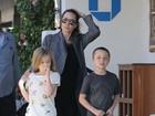Angelina Jolie passeia com os filhos gêmeos em Malibu, nos EUA