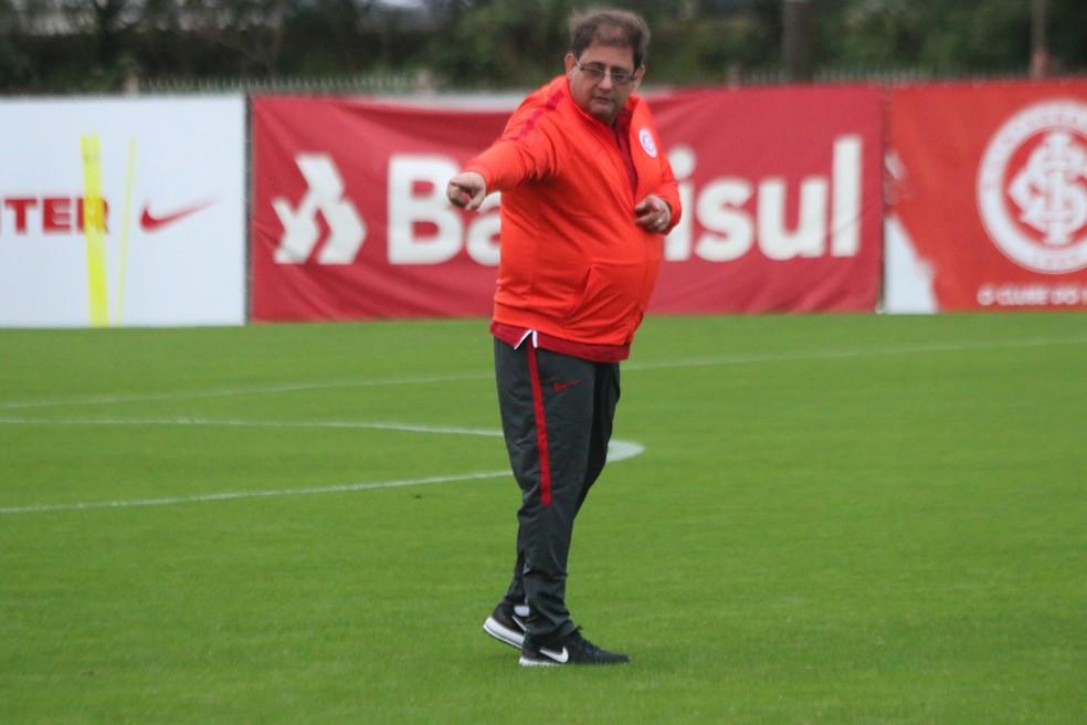 Guto no comando de seu primeiro treino no Inter (Foto: Eduardo Deconto)