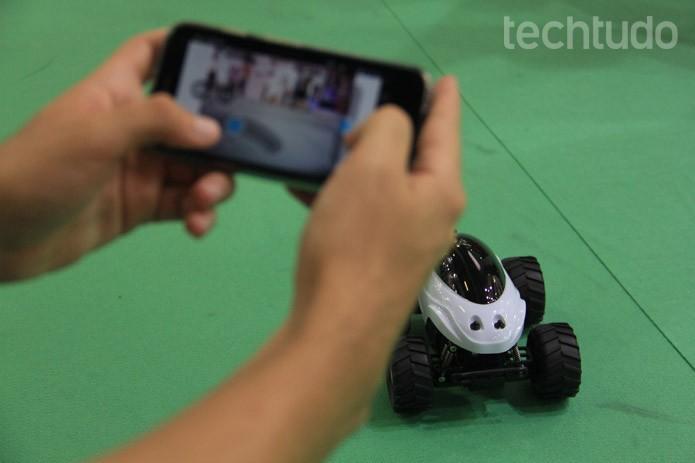 Com retorno de imagem constante, o ScaraBee traz uma nova experiência ao controle de miniaturas (Foto: Renato Bazan/TechTudo)