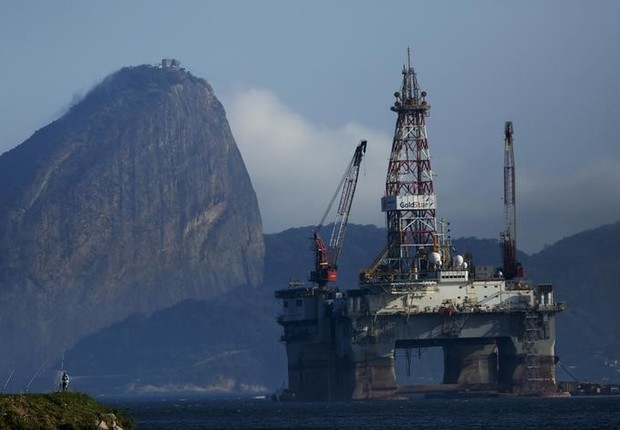 Plataforma de petróleo na Baía da Guanabara (Foto: Pilar Olivares/Reuters)