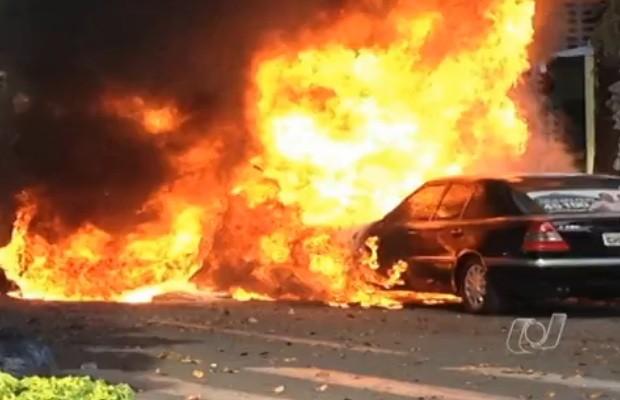 Veículo é atingido por chamas que começaram em outro carro, em Goiânia (Foto: Reprodução/TV Anhanguera)