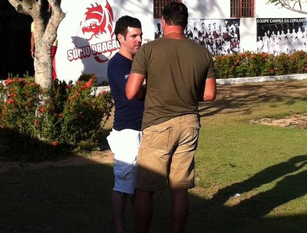 Padang e Roberto conversam sobre férias (Foto: Matheus Magalhães/GLOBOESPORTE.COM)