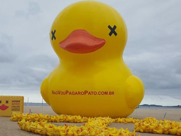 Pato gigante foi levado para a Praia de Copacabana (Foto: Divulgação)