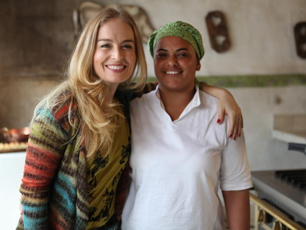 Angélica posa com Marli, a cozinheira da casa de Inverno que participa do programa (Foto: Estrelas/TV Globo)
