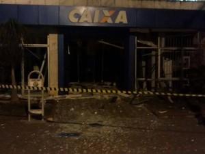 Caixas eletronicos explodidos em Itapecerica (Foto: Polícia Militar/ Divulgação)