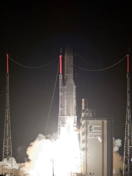 O foguete Ariana-5, lançado nesta quarta-feira da Guiana Francesa (Foto: S Martin, ESA/AFP)
