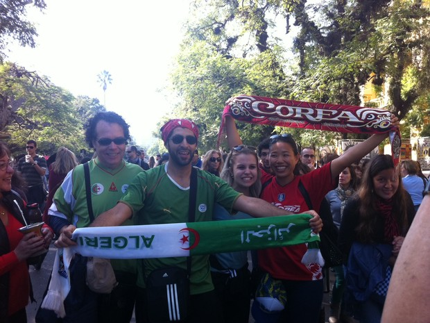 Casal rival (Argélia x Coreia) na redenção em Porto Alegre (Foto: Fernanda Canofre/G1)