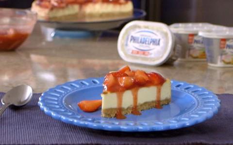 Cheesecake com calda de morangos frescos