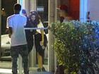Selena Gomez chega cambaleando em estúdio ao lado de Justin Bieber