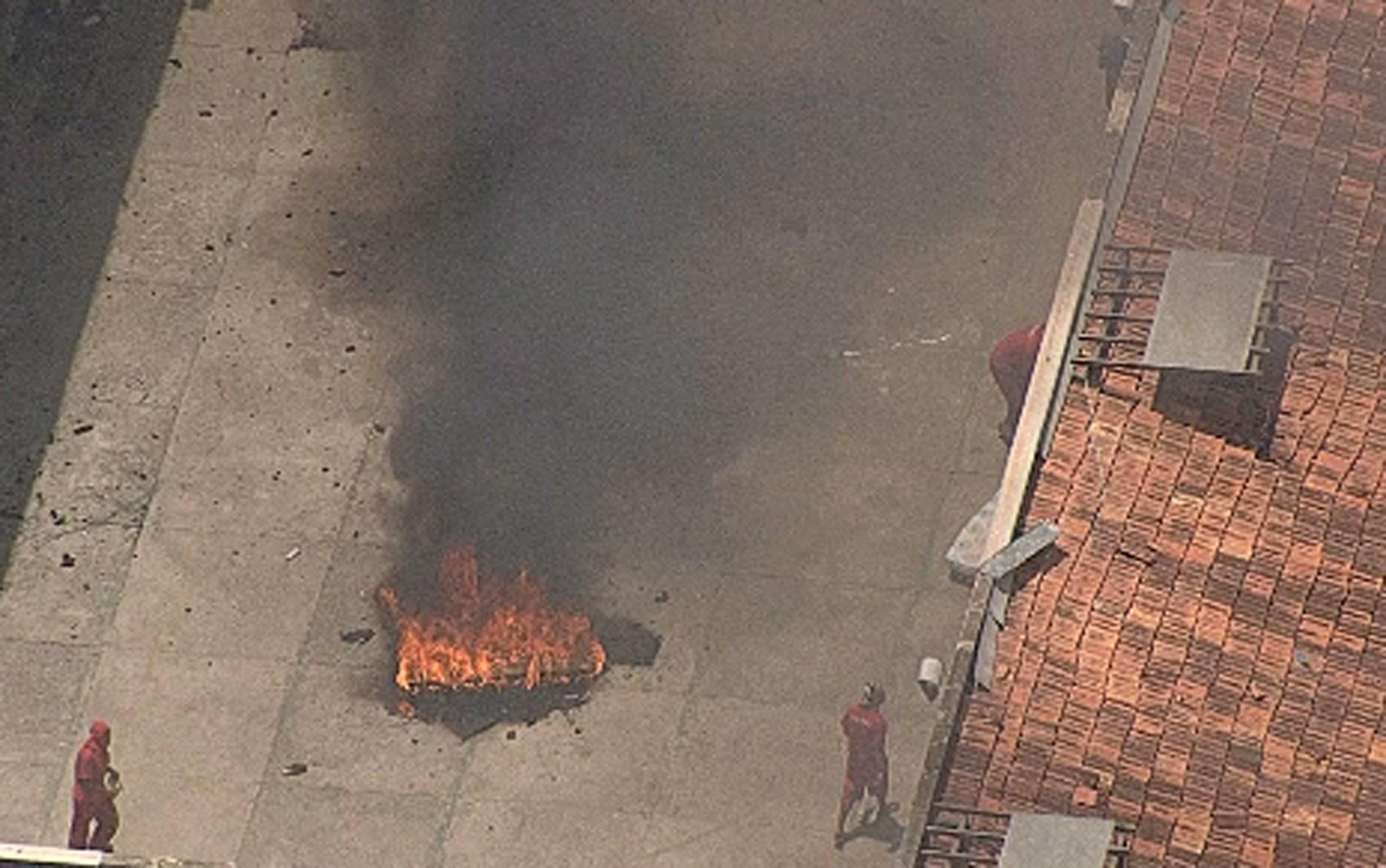 Presos queimaram colchões no pátio do pavilhão da Penitenciária Nelson Hungria (Foto: Reprodução/Globocop/TV Globo Minas)