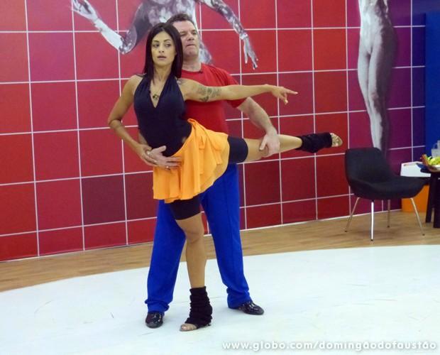 Garib e Aline Riscado se esforçam no primeiro dia de ensaio (Foto: Domingão do Faustão/ TV Globo)
