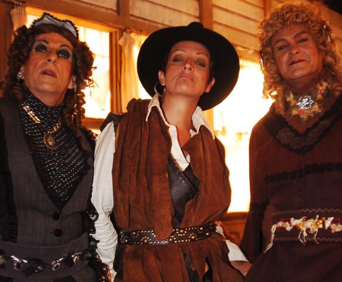 Betty Lago como Calamity Jane ao lado de Henaide (Evandro Mesquita) e Denaide (Kadu Moliterno) , em Bang Bang, novela de 2006 (Foto: João Miguel Júnior/TV Globo)