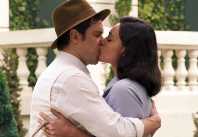 Candinho e Filó se beijam! (Foto: TV Globo)