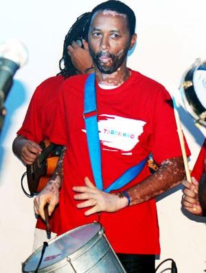 Ronald, ex-lateral do Flu, tocando com o grupo Turbilhão Carioca (Foto: Divulgação)