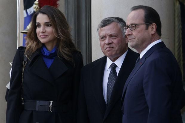 O presidente francês recebe a rainha Rania e o rei Abdullah, da Jordânia, neste domingo (11) em Paris (Foto: Thibault Camus/AP)