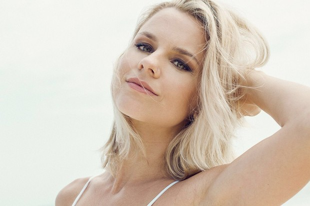 A atriz Dani Carvalho fala sobre corpo: O sol me ajuda a manter a dieta porque como mais salada e comidas geladas e leves com mais frequência (Foto: Sergio Baia/Divulgação)
