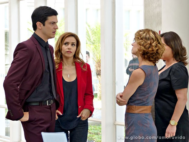 Simone finalmente devolve as grosserias que ouviu (Foto: Amor à Vida/TV Globo)