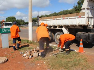 Funcionários da Novacap recolhem pedaços de construção de rua em Brasília (Foto: Novacap/Reprodução)