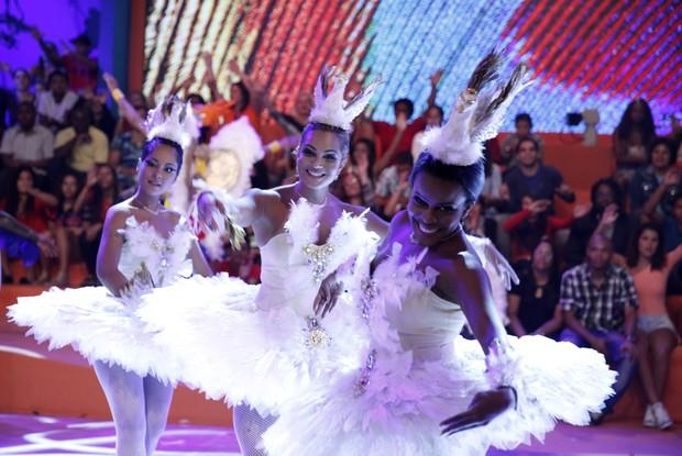 Elenco do Esquenta! vestido de Cisne Negro (Foto: Rede Globo/Divulgação)