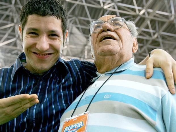 O fundador das Casas Bahia, Samuel Klein (dir.), posa com o ator e garoto propaganda da marca, Fabiano Augusto, durante a abertura da 'Super Casas Bahia', em São Paulo, em dezembro de 2004 (Foto: Eduardo Nicolau/Estadão Conteúdo/Arquivo)