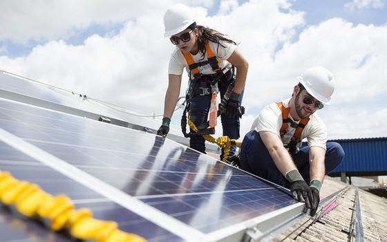 Instalação de placas solares em Uberlândia (Foto: Divulgação - Greenpeace)